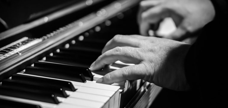 How to pick the right piano moving company?